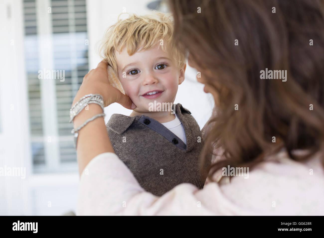 Mutter mit Sohn zu Hause spielen Stockbild