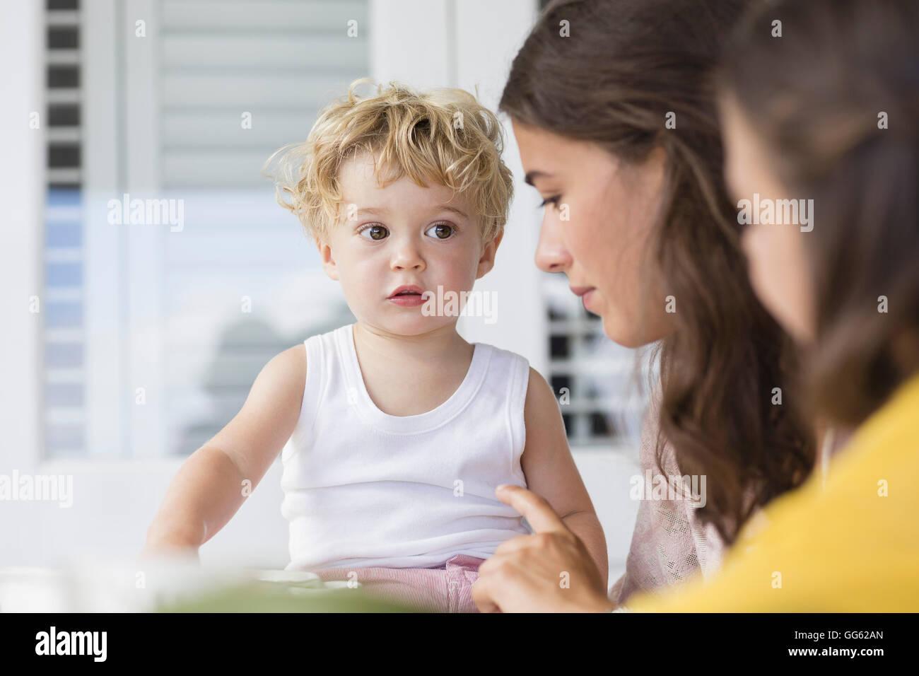 Mutter und Kinder sprechen zu Hause Stockfoto