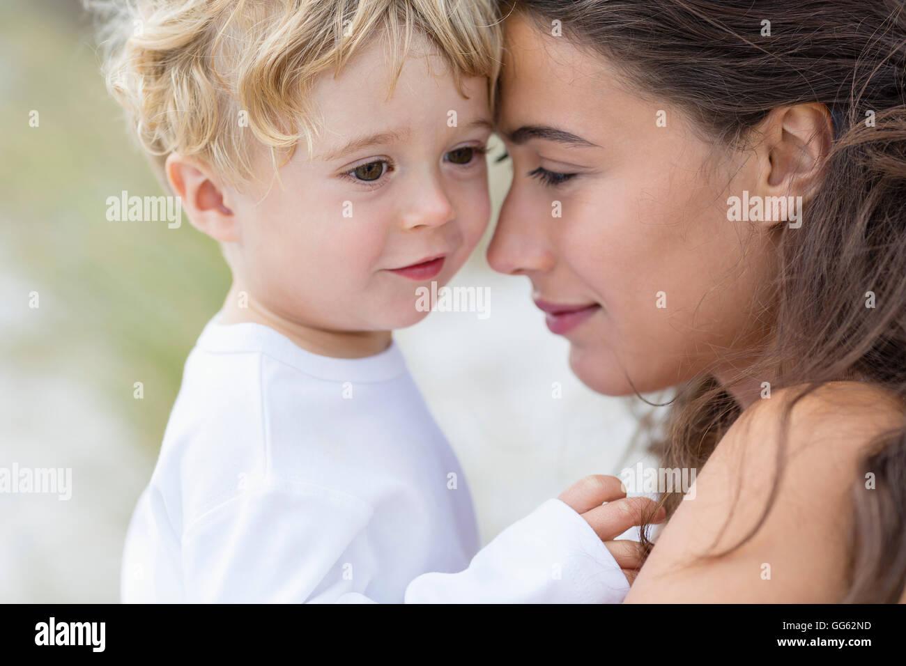 Nahaufnahme einer schönen Mutter mit ihrem Sohn Stockbild