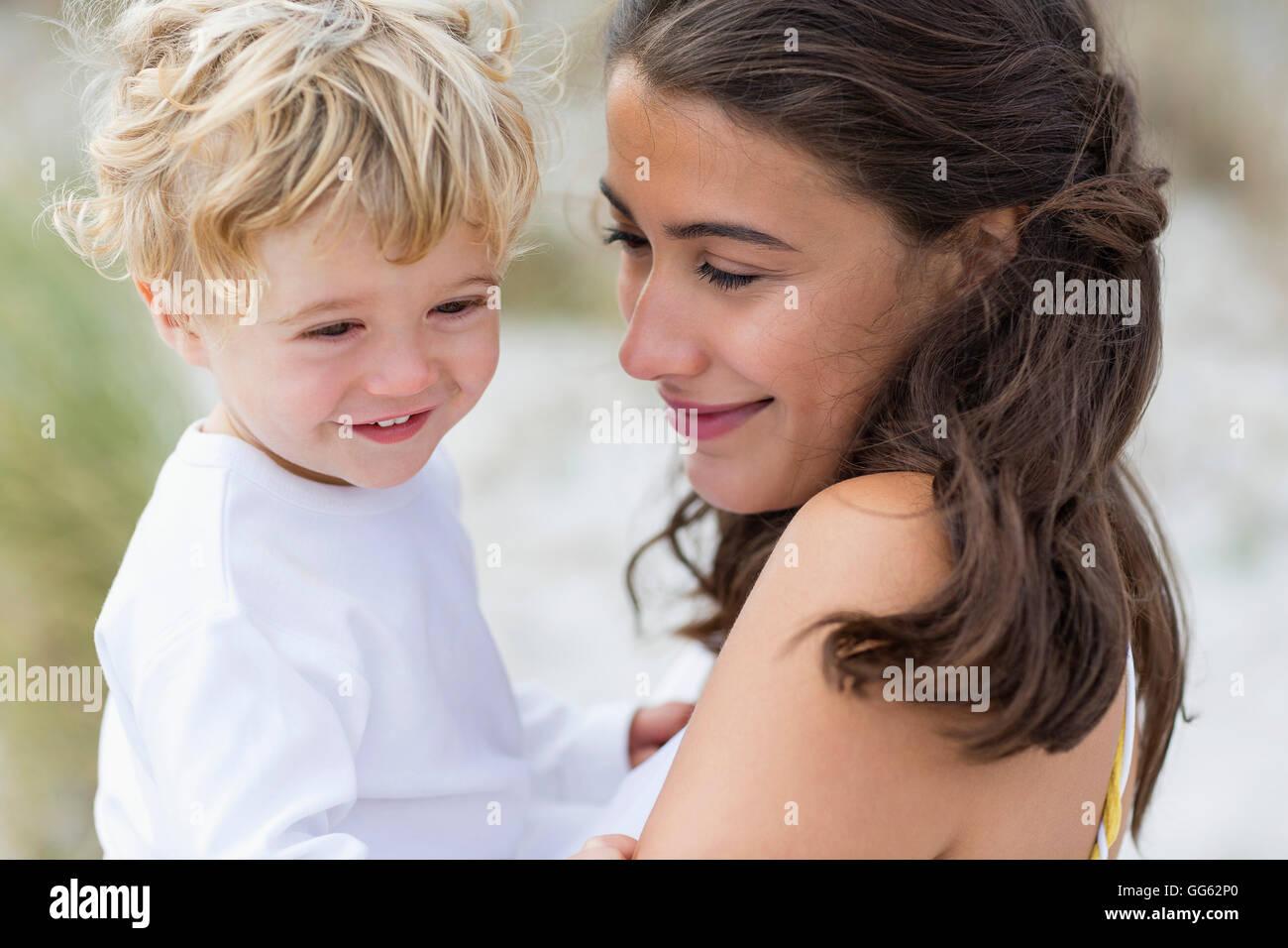 Nahaufnahme einer Frau mit ihrem Sohn zu lieben Stockbild