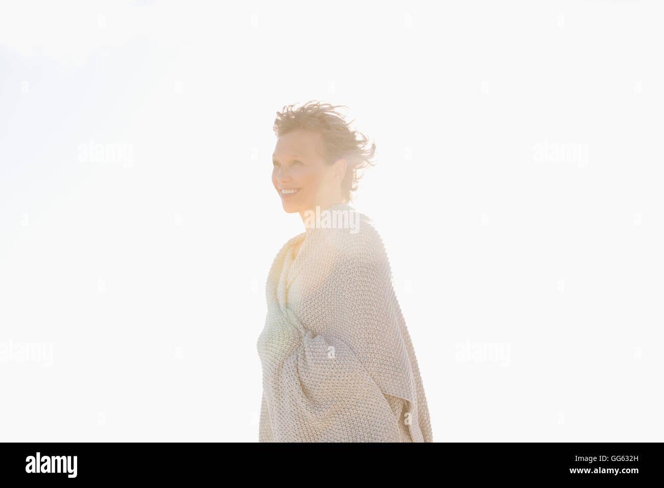 Seitenansicht einer Frau lächelnd Stockbild