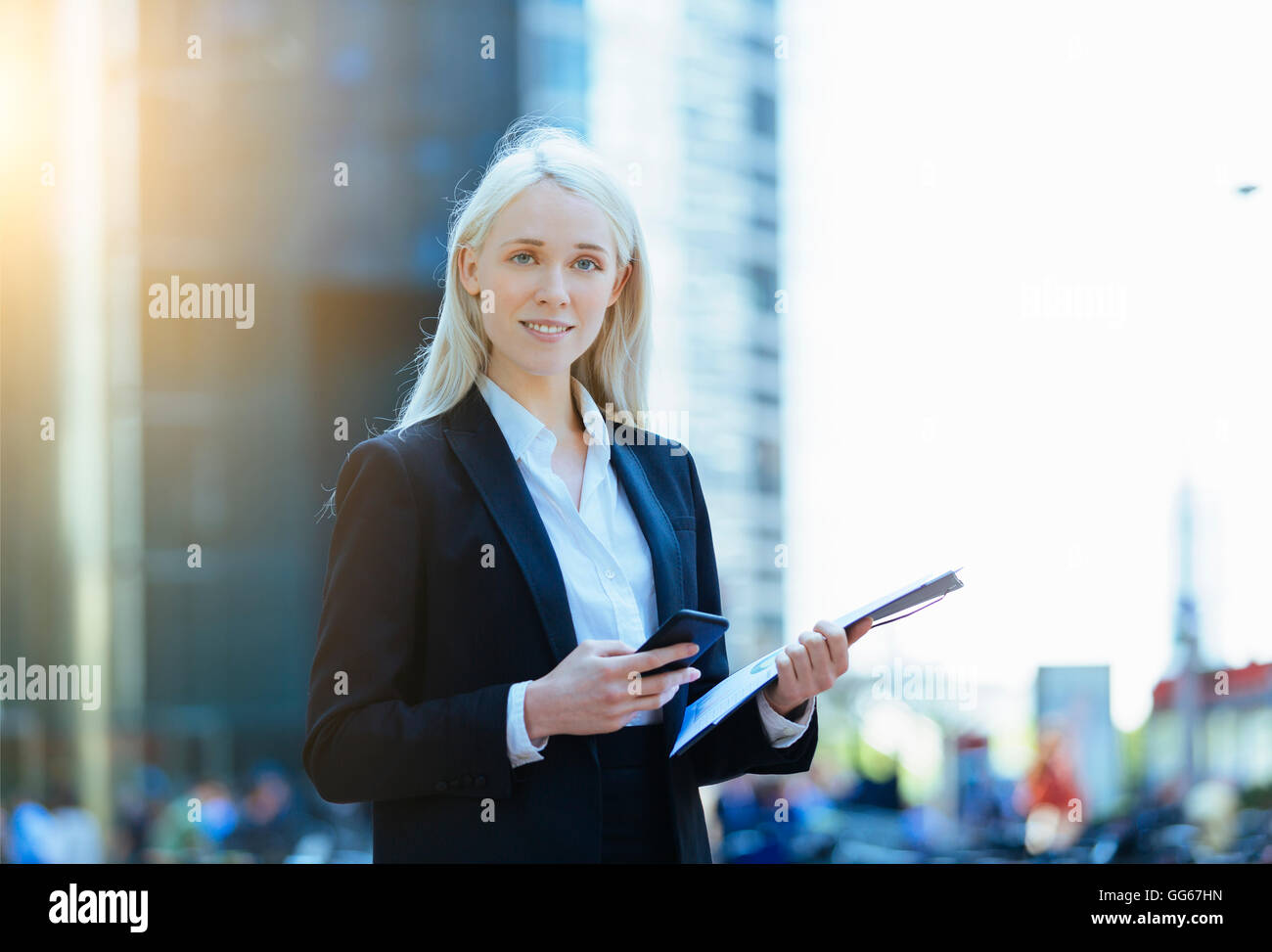 Porträt von eine Geschäftsfrau mit einem smartphone Stockfoto