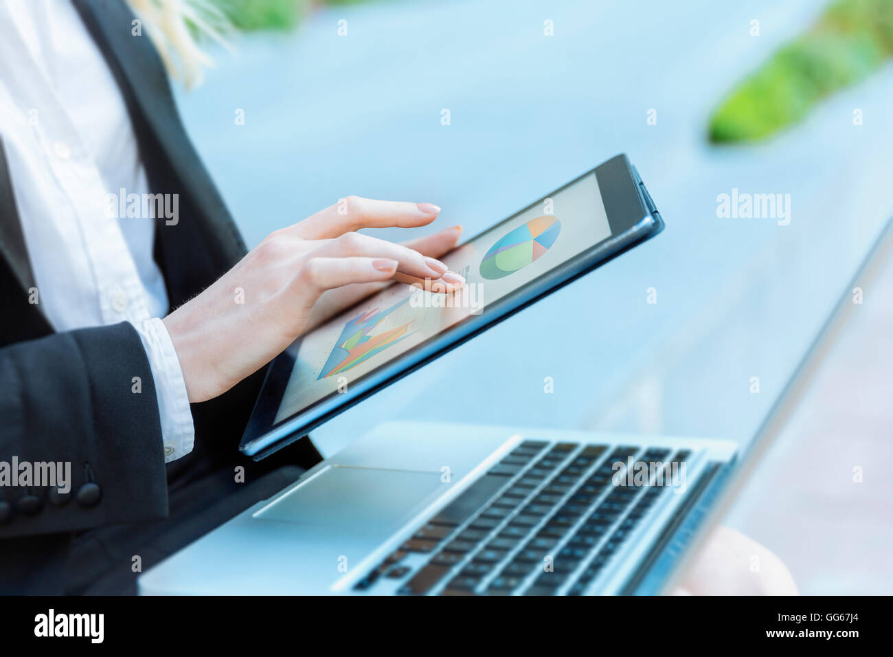 Geschäftsfrau mit digital-Tablette Stockbild