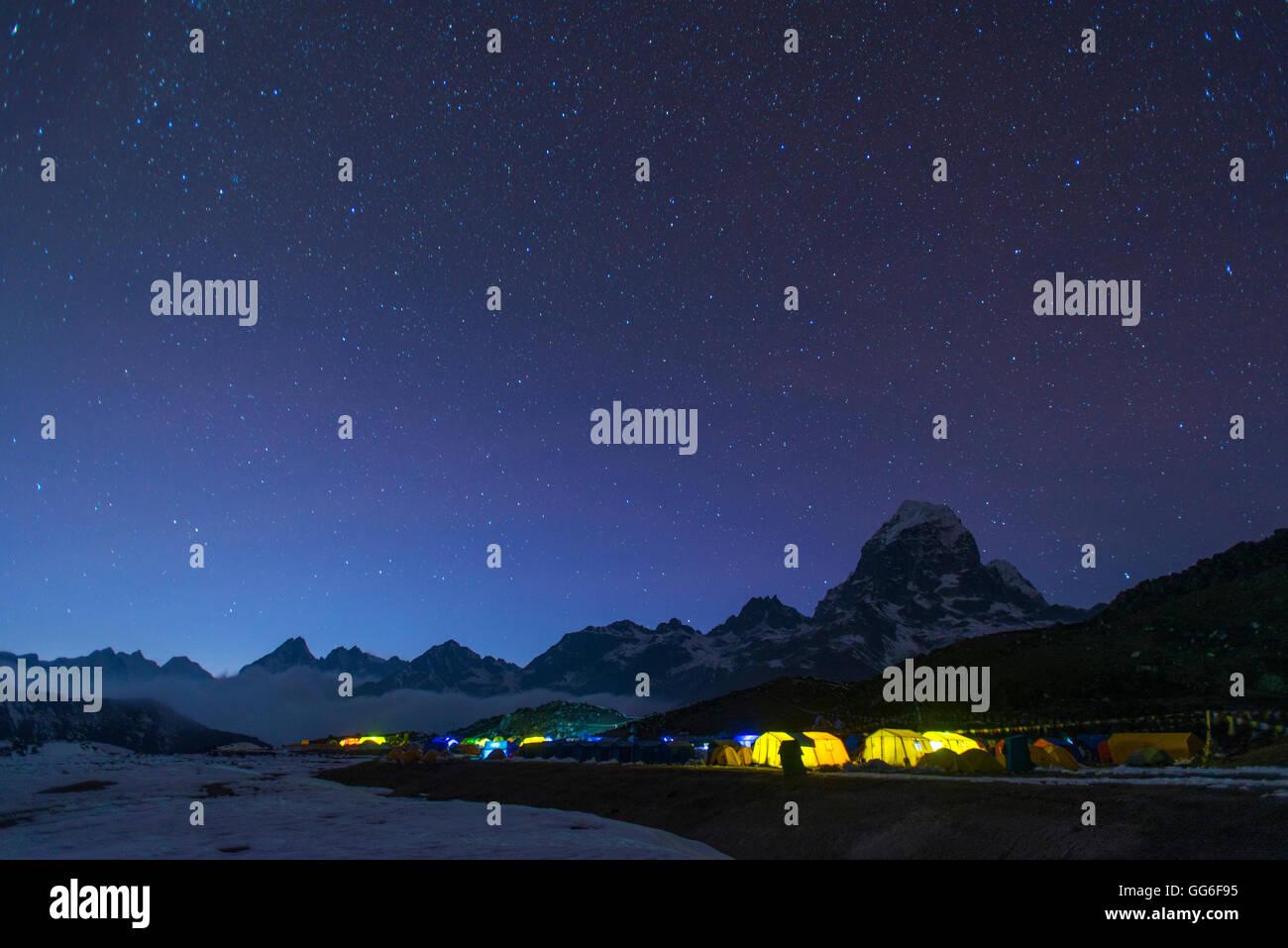 Ama Dablam Basislager in der Everest Region leuchtet in der Dämmerung, Himalaya, Nepal, Asien Stockbild