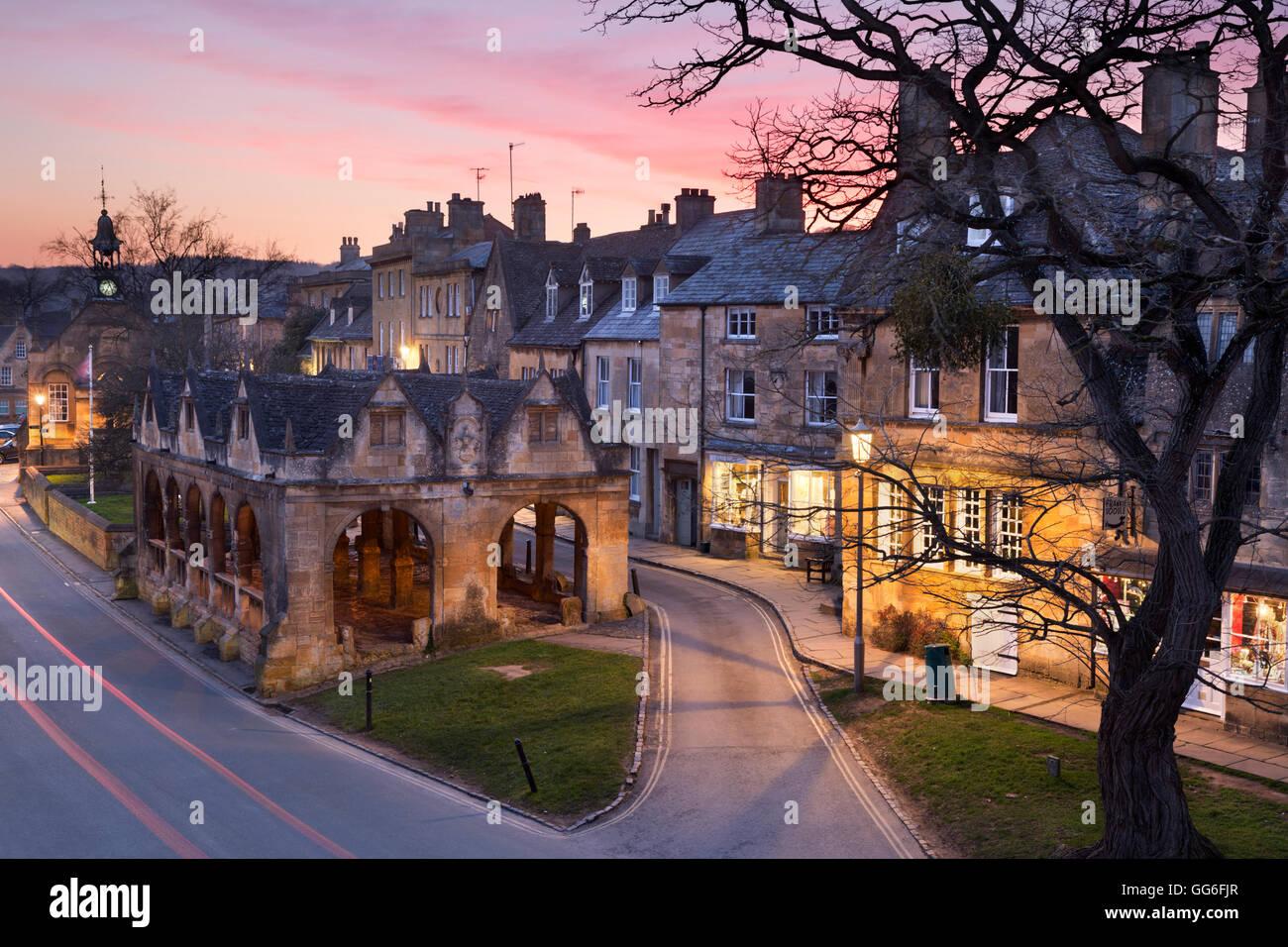 Markthalle und Cotswold Steinhütten auf High Street, Chipping Campden, Cotswolds, Gloucestershire, England, Stockbild