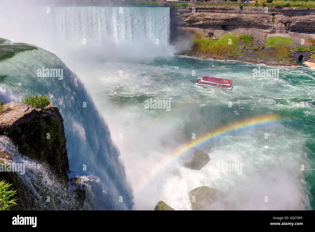 Niagara Falls, Regenbogen und touristischen Schiff Stockbild