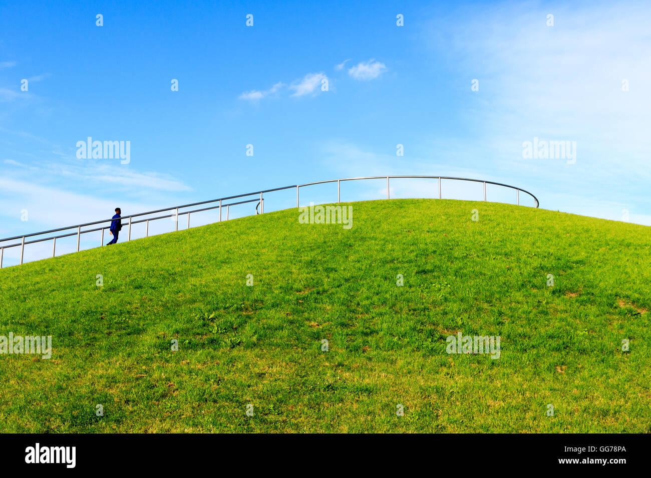 Stave Hill und ein Mann zu Fuß bis zur Aussichtsplattform in London Stockbild