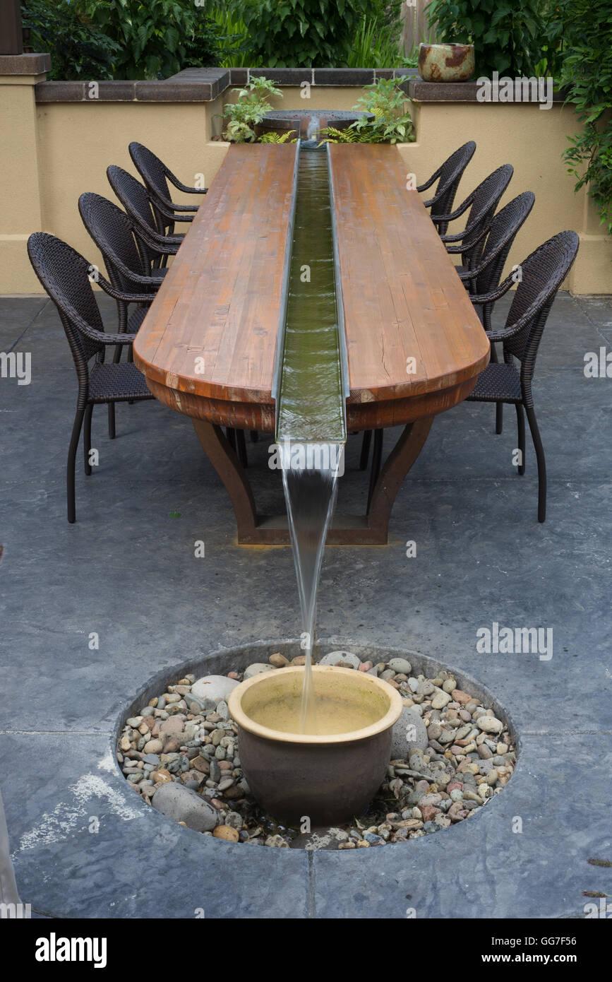 Eine einzigartige, künstlerische Terrasse Tisch mit einem ...