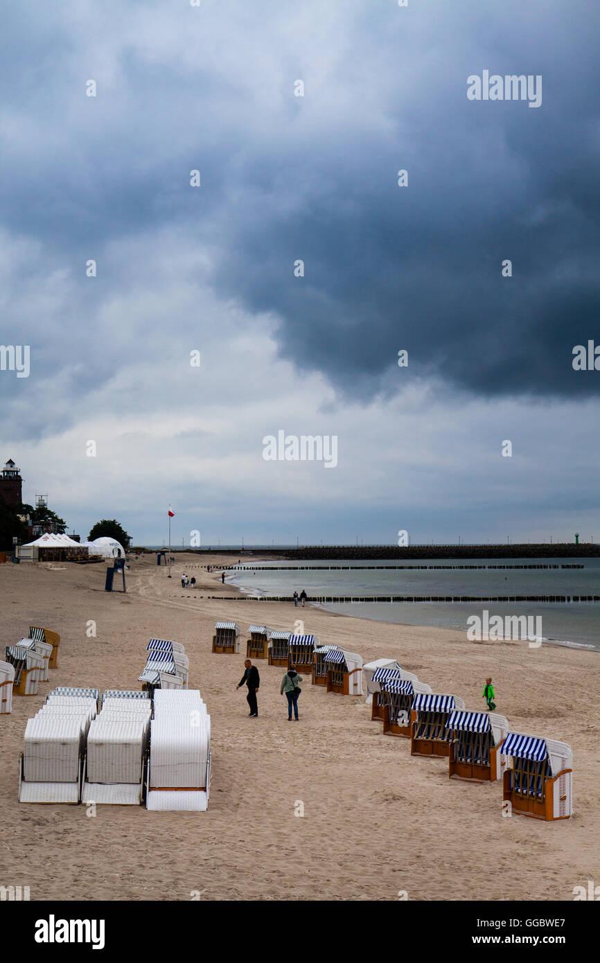 Kolobrzeg, Polen - 21. Juni 2016: Strandkorb vor Beginn der Saison. Stockbild
