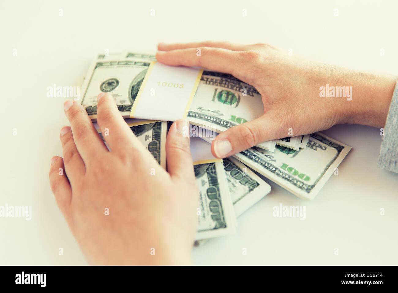 Nahaufnahme von Frau Hände uns Dollar Geld zählen Stockbild
