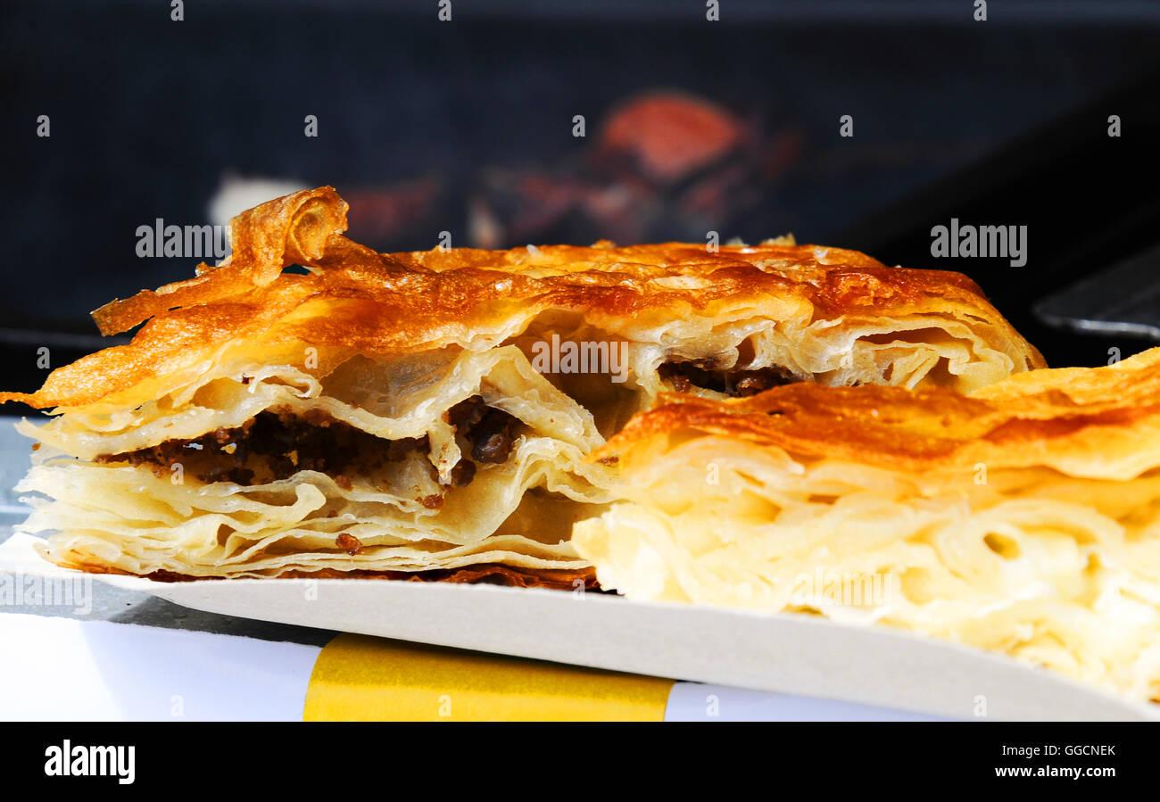 Prague Charles Square Tag italienische Lebensmittel italienische Kuchen vom Blatt Teig Nahaufnahme abgeschnitten Stockbild