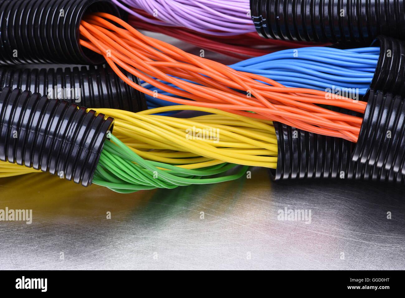 Buntes elektrische Kabel und Leitungen in schwarzem Kunststoff ...