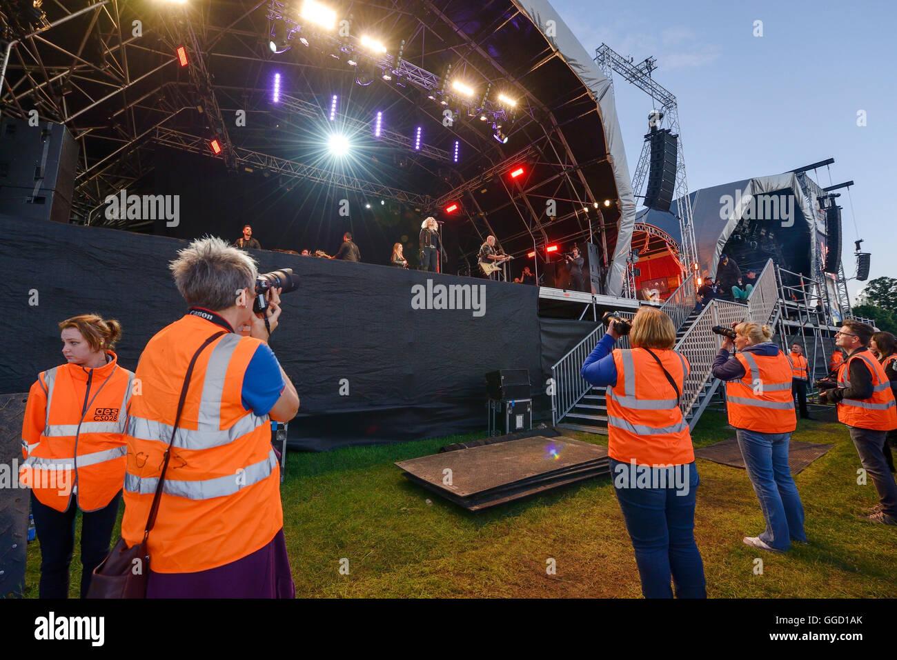 Carfest Nord, Bolesworth, Cheshire, UK. 31. Juli 2016. Fotografen in der Foto-Grube vor der Hauptbühne. Stockbild