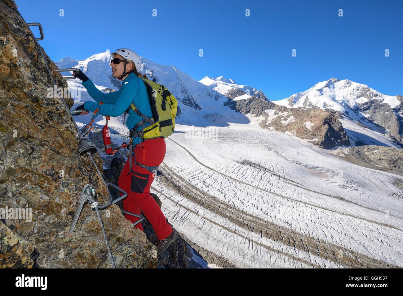 Klettersteig Piz Trovat : Frau klettern die klettersteige am piz trovat mit blick auf