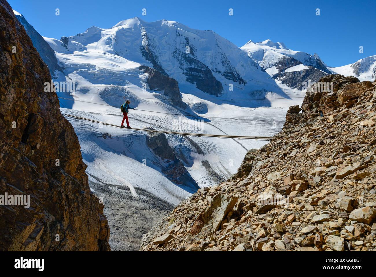 Klettersteig Piz Trovat : Frau auf einer hängebrücke klettern die klettersteige am piz
