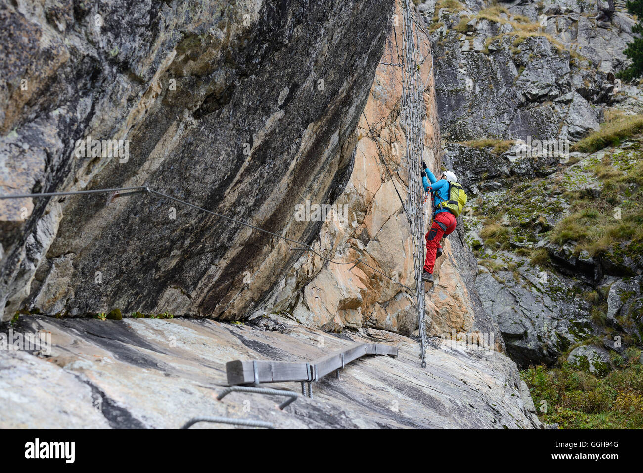 Klettersteig La Resgia : Frau klettern den klettersteig la resgia engadin graubünden