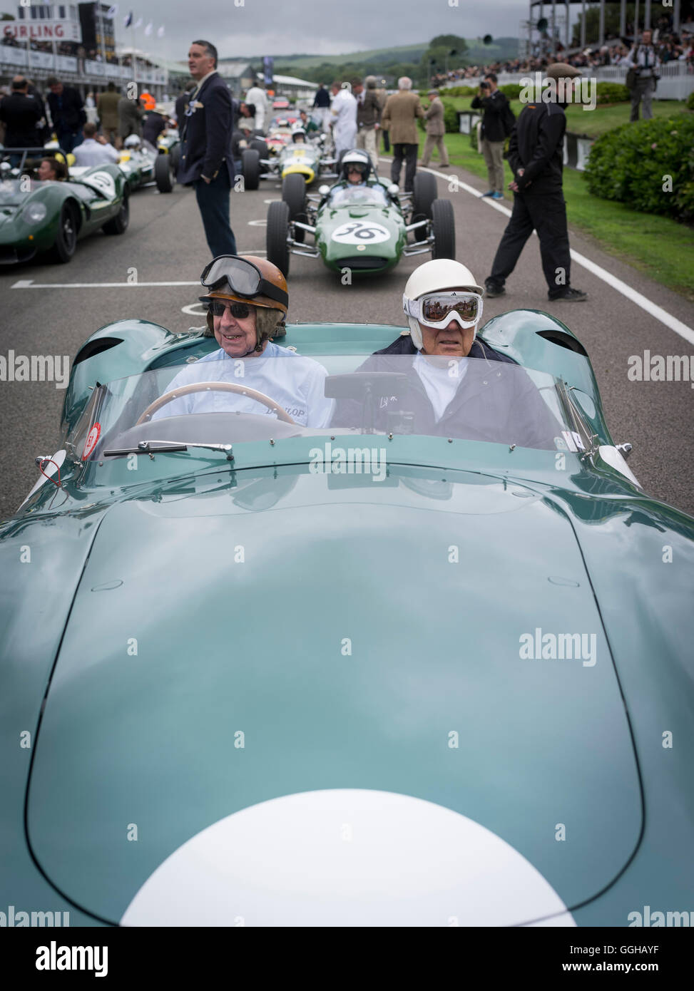 1959 Aston Martin DBR1 Fahrer Tony Brooks (L) und Sir Stirling Moss (R), Jim Clark Parade, Goodwood Revival, racing, Stockbild