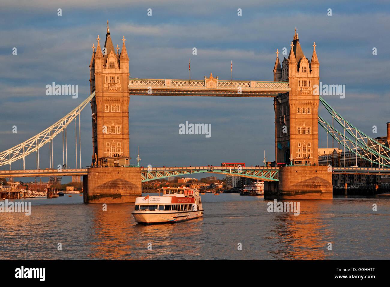 Themse und die Tower Bridge, London, England, Vereinigtes Königreich Stockbild