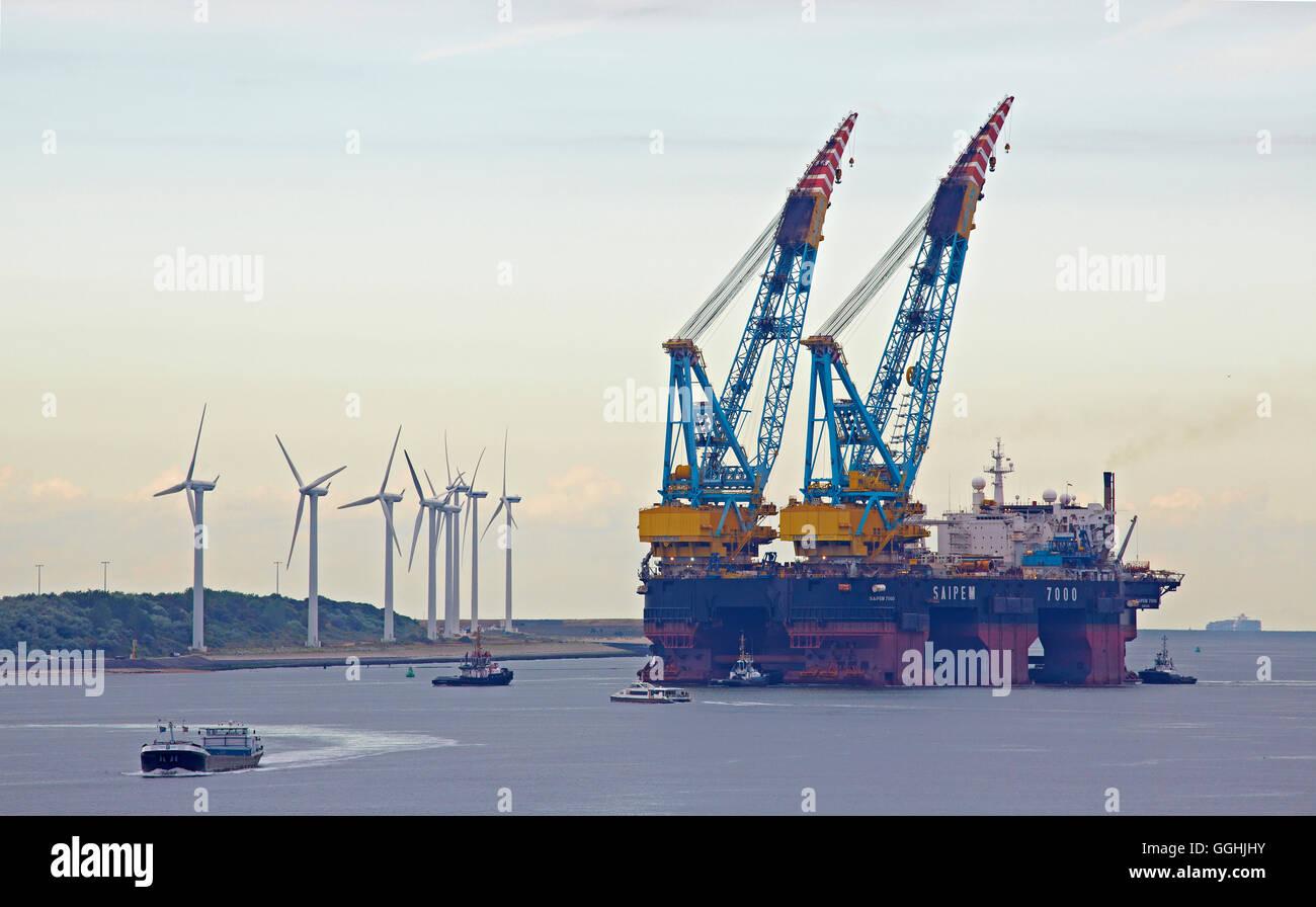 Frachter, wind Power Station und Europort in der Nähe der Mündung des Flusses Rhein, Hoek Van Holland, Stockbild