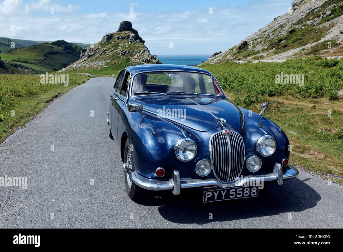 Jaguar Oldtimer auf dem Weg vom Tal der Felsen in der Nähe von Lynton, Devon, England, Großbritannien Stockbild