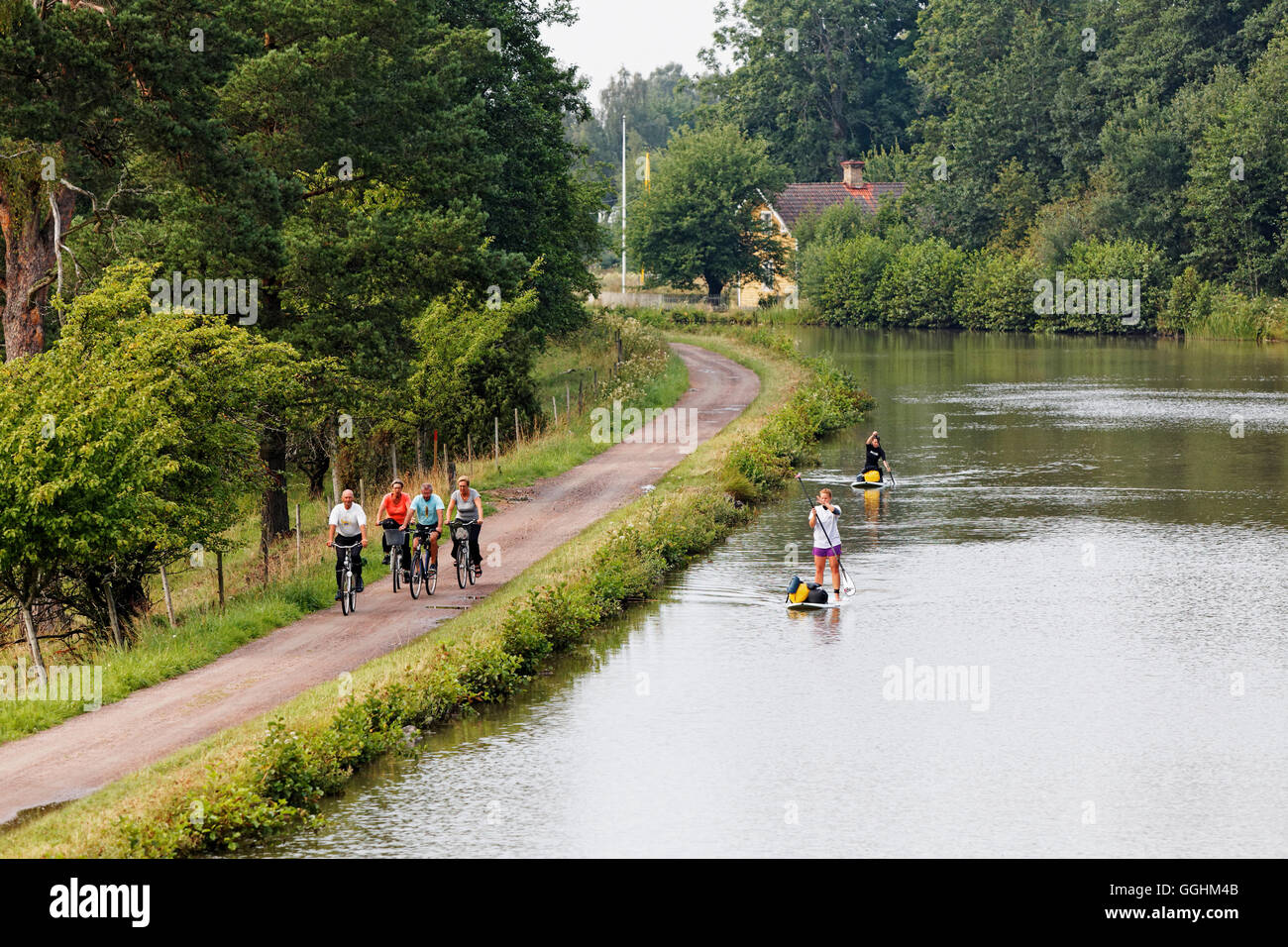 Göta Kanal ist beliebt bei Radfahrern und Stand Up Paddler, Schweden Stockbild