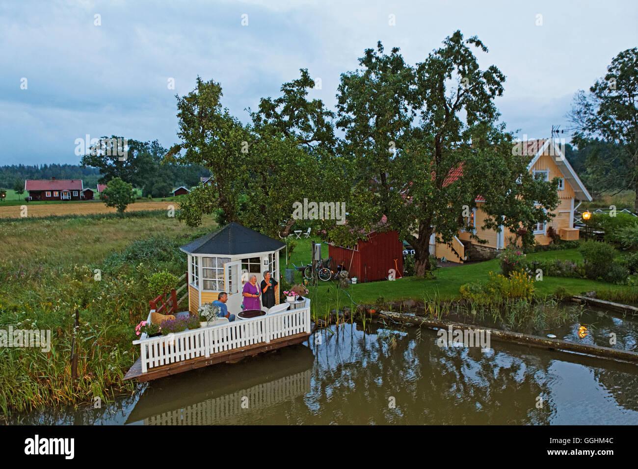 Terrasse für eine perfekte Sundowner, Göta Kanal, Sjoetorp, Schweden Stockbild