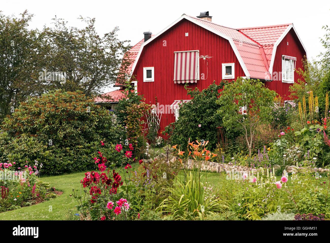 Garten und typisches Haus in der Nähe von Borensberg, Schweden Stockbild