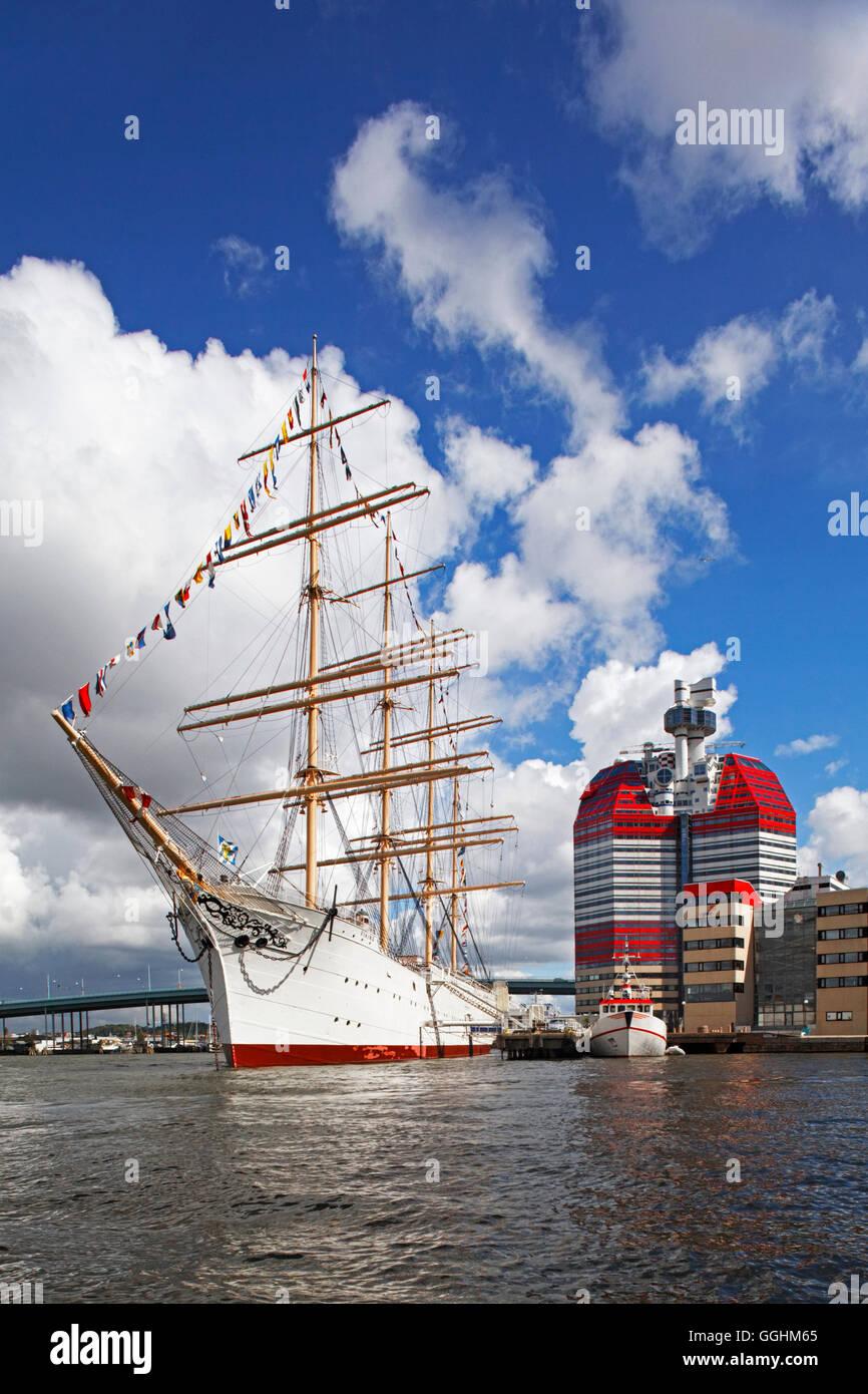 Wolkenkratzer Lilla Bommen und eine historische Großsegler im Hafen von Göteborg, Schweden Stockbild