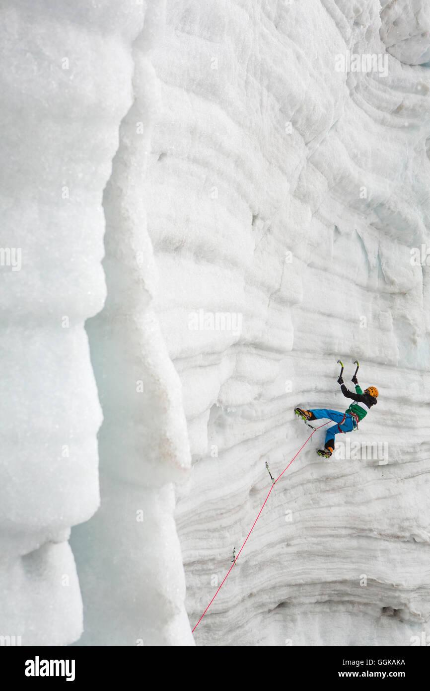 Eis-Kletterer Markus Bendler am Eisfall, Hintertuxer Gletscher, Hintertux, Tirol, Österreich Stockbild