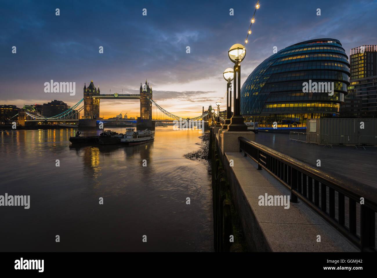 Tower Bridge von mehr London, London, Vereinigtes Königreich Stockbild
