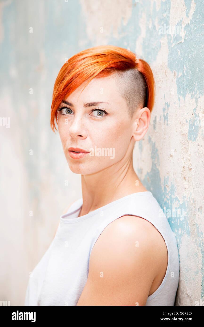 Moderne Junge Rote Haare Frau Rasiert Seite Hairstlye Steht Von Der