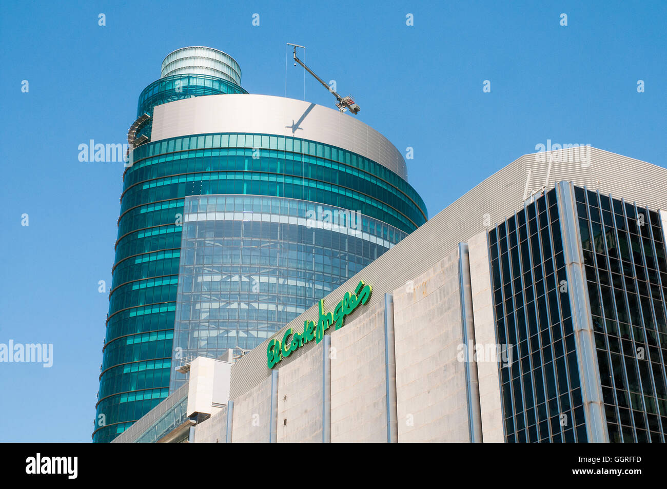 Titania-Turm und El Corte Ingles Gebäude. AZCA, Madrid, Spanien. Stockbild