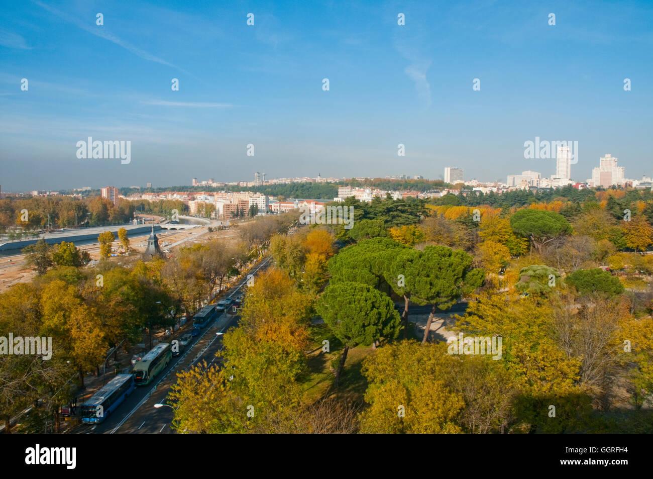 Übersicht über Atenas Park und Paseo Virgen del Puerto im Herbst. Madrid, Spanien. Stockbild