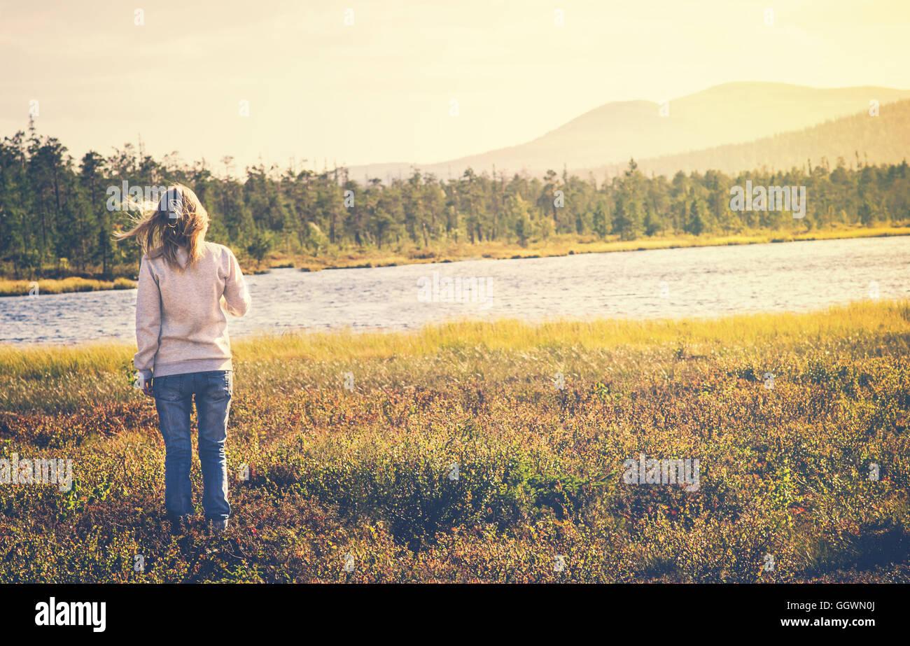 Frau Reisende zu Fuß allein reisen Lifestyle Konzept Sommer Ferien Outdoor-See und die Berge im Hintergrund Stockbild