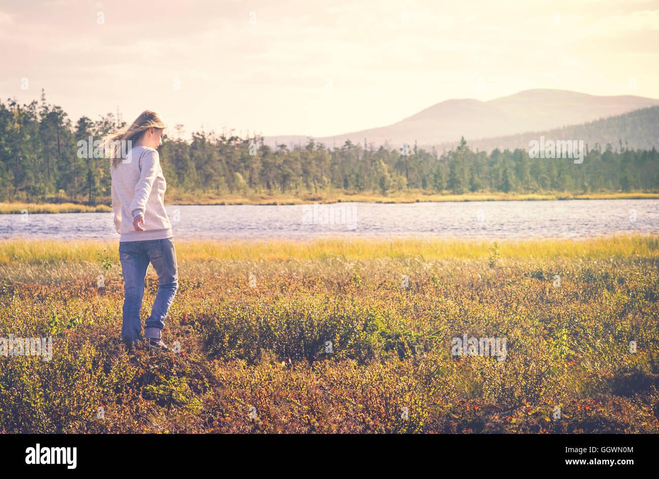 Frau Reisende zu Fuß allein reisen Lifestyle Konzept Sommer Urlaub im freien Tundra Wald auf Hintergrund Stockbild