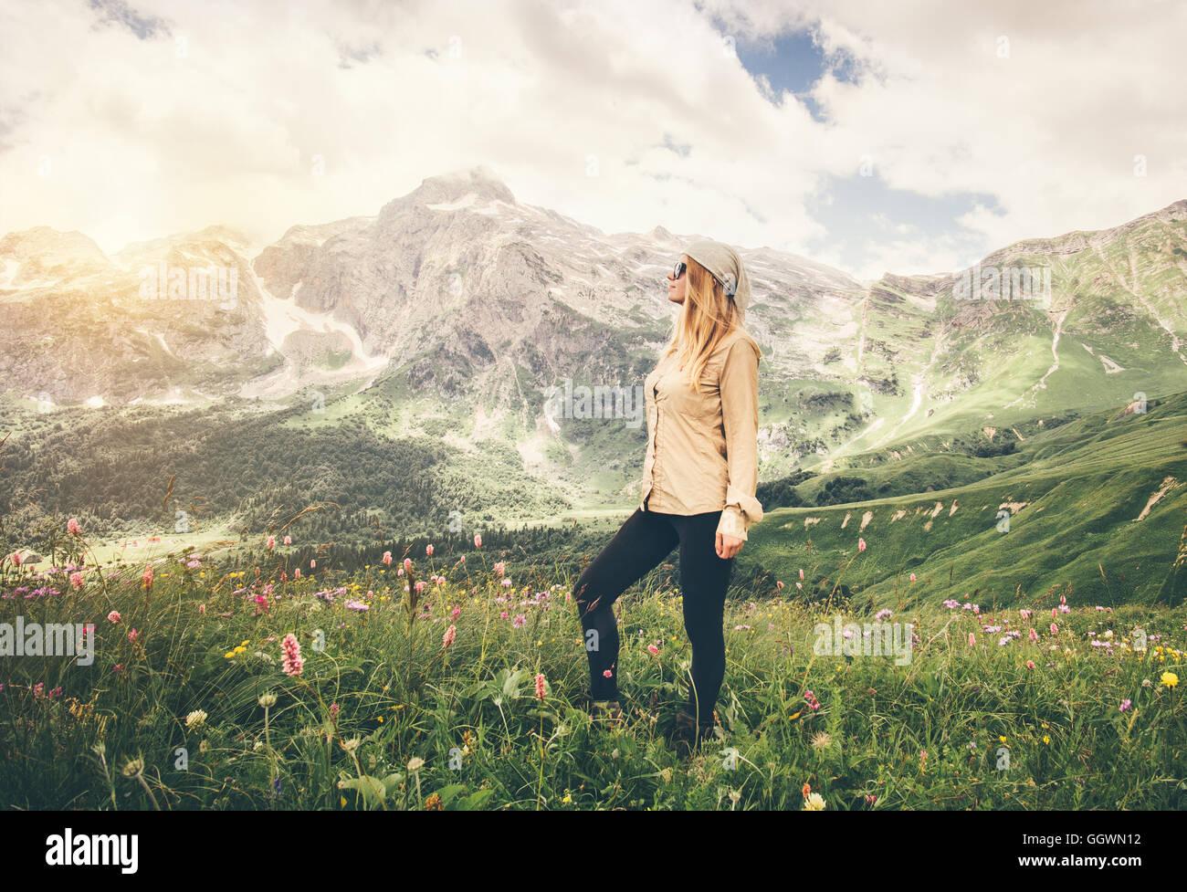 Junge Frau zu Fuß Reisen Lifestyle-Konzept Sommer Urlaub im freien Rocky Mountains im Hintergrund Stockbild