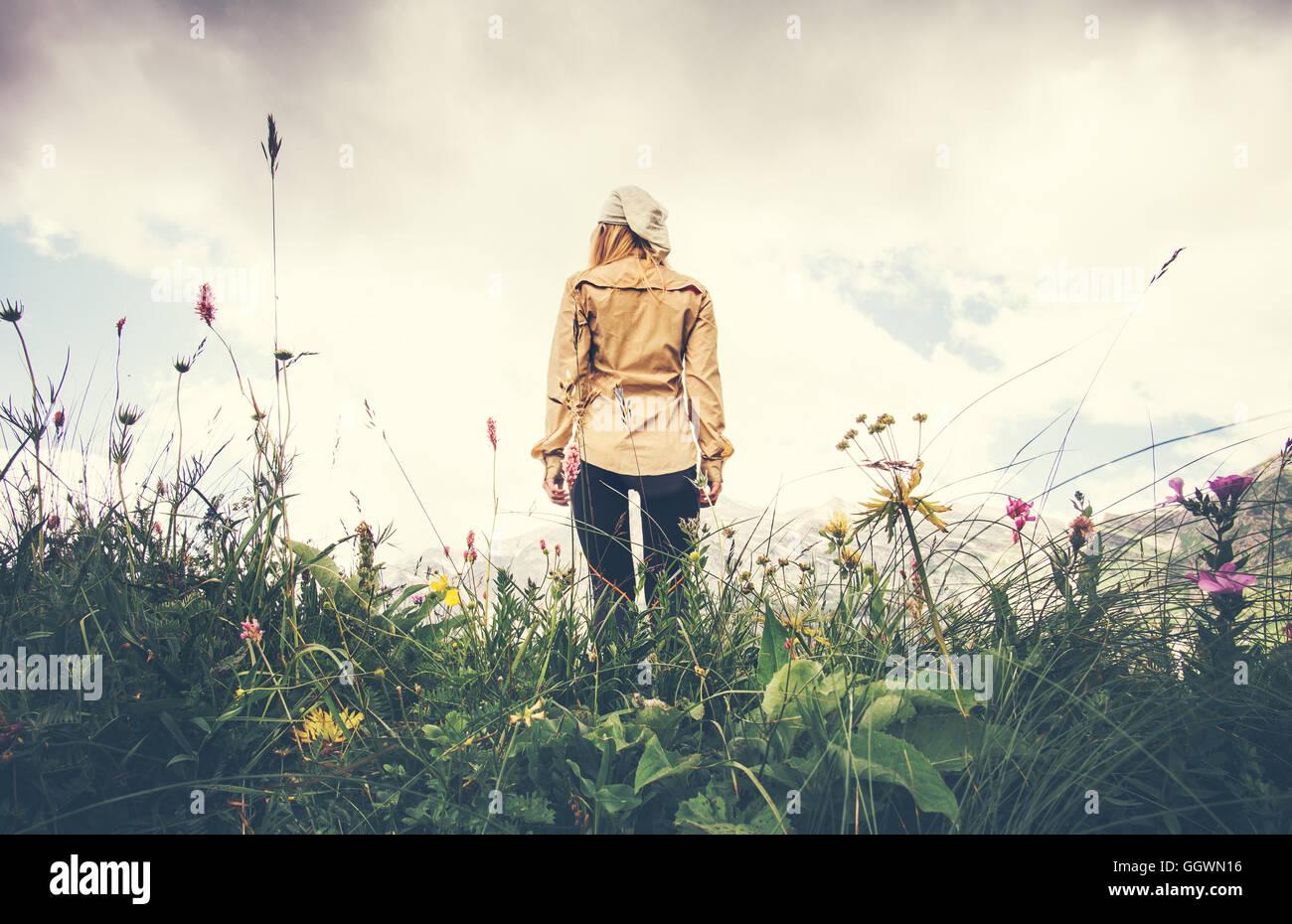 Junge Frau zu Fuß allein reisen Lifestyle-Konzept Sommer Urlaub im freien Rocky Mountains auf Hintergrundansicht Stockbild