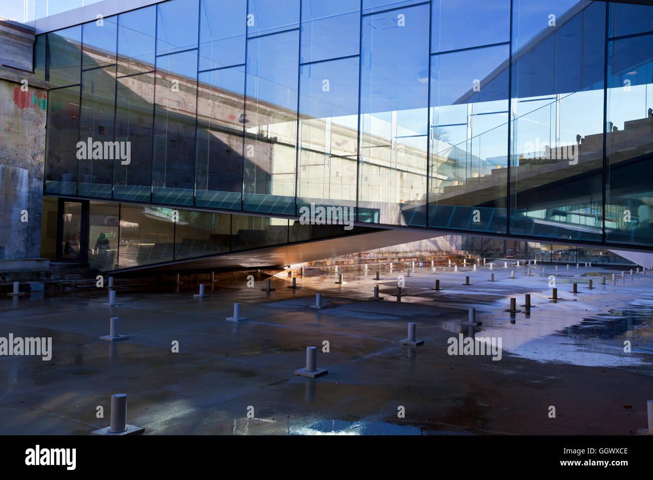 Dänische Maritime Museum, M/S Museet für Søfart in Helsingör/Helsingør, Dänemark. Architekt Bjarke Ingels groß. Reflexion in U-Wände aus Glas Stockfoto