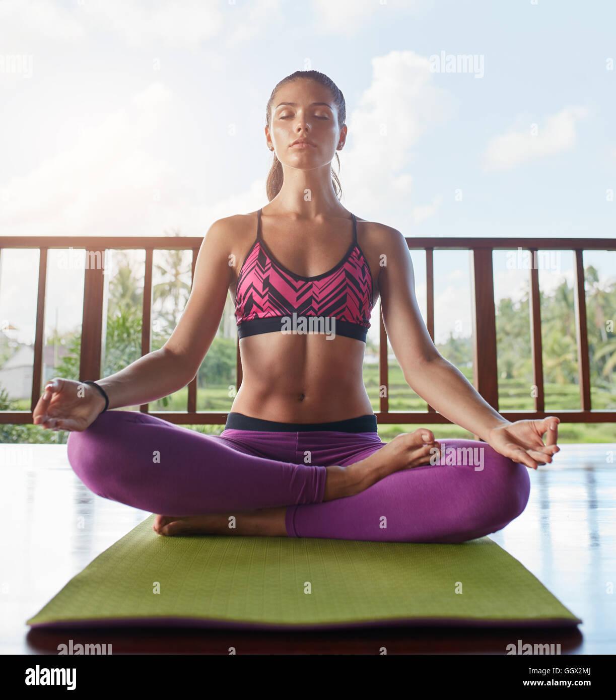 Junge Frau Mit Den Handen Auf Die Knie Lotus Pose Auf Boden In Yoga