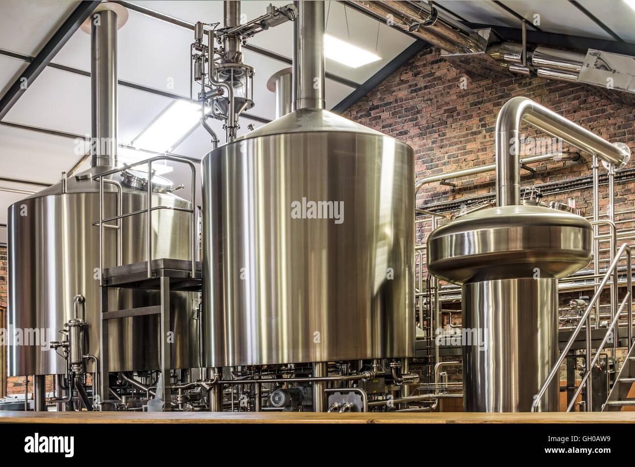 Moderne Bier Pflanze (Brauerei), mit brauen, Kessel, Behälter ...
