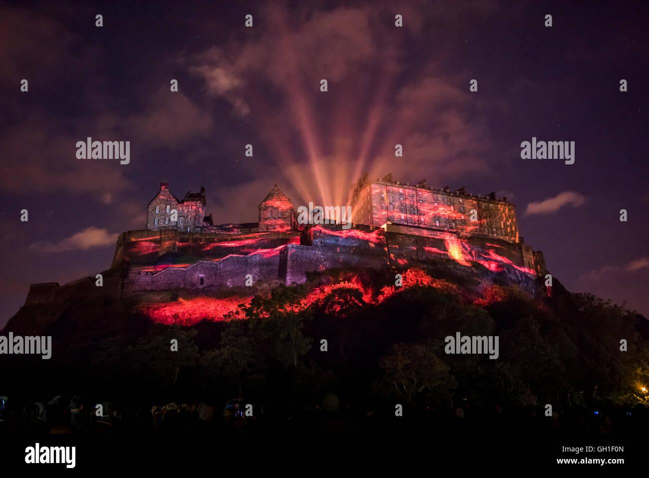 Edinburgh, Schottland. 7. August 2016. Licht und Laser Projektionen auf die Edinburgh Castle Fassade im Rahmen der Stockbild