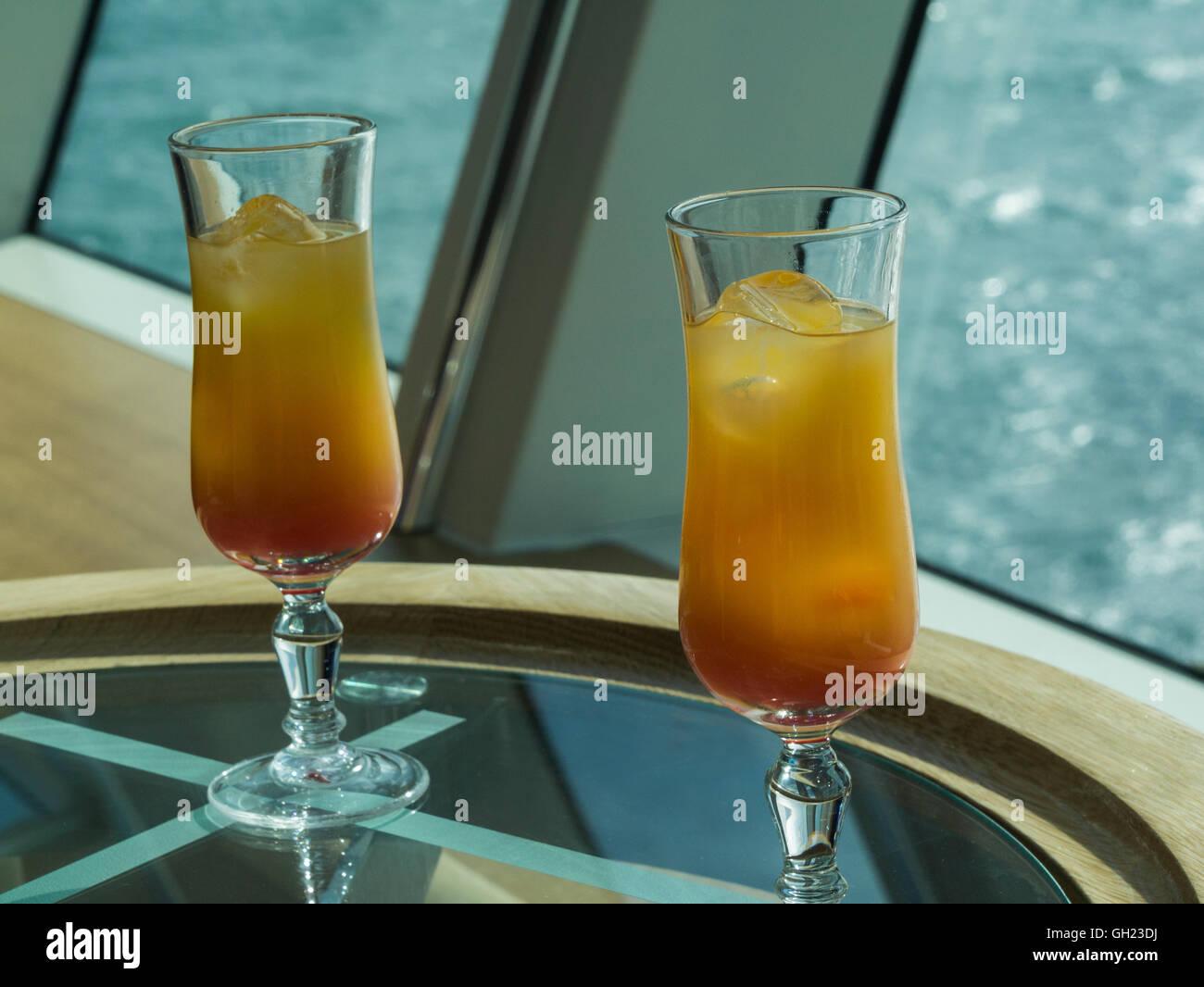 Zwei Gläser Tequila Sunrise cocktail alkoholische Getränke lecker ...
