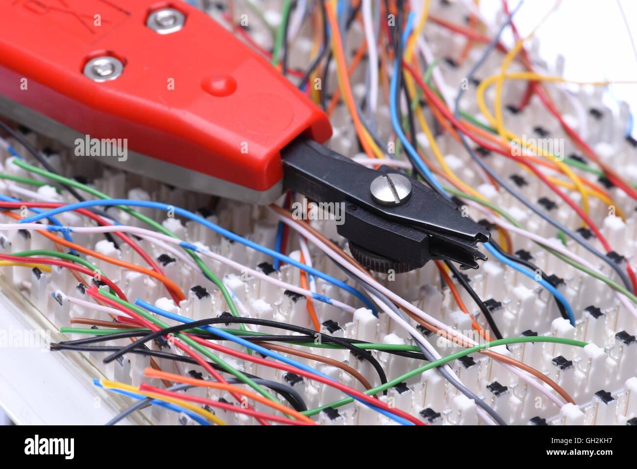 Telekommunikation-Hauptverteiler mit Kabeln und Stanzwerkzeug ...