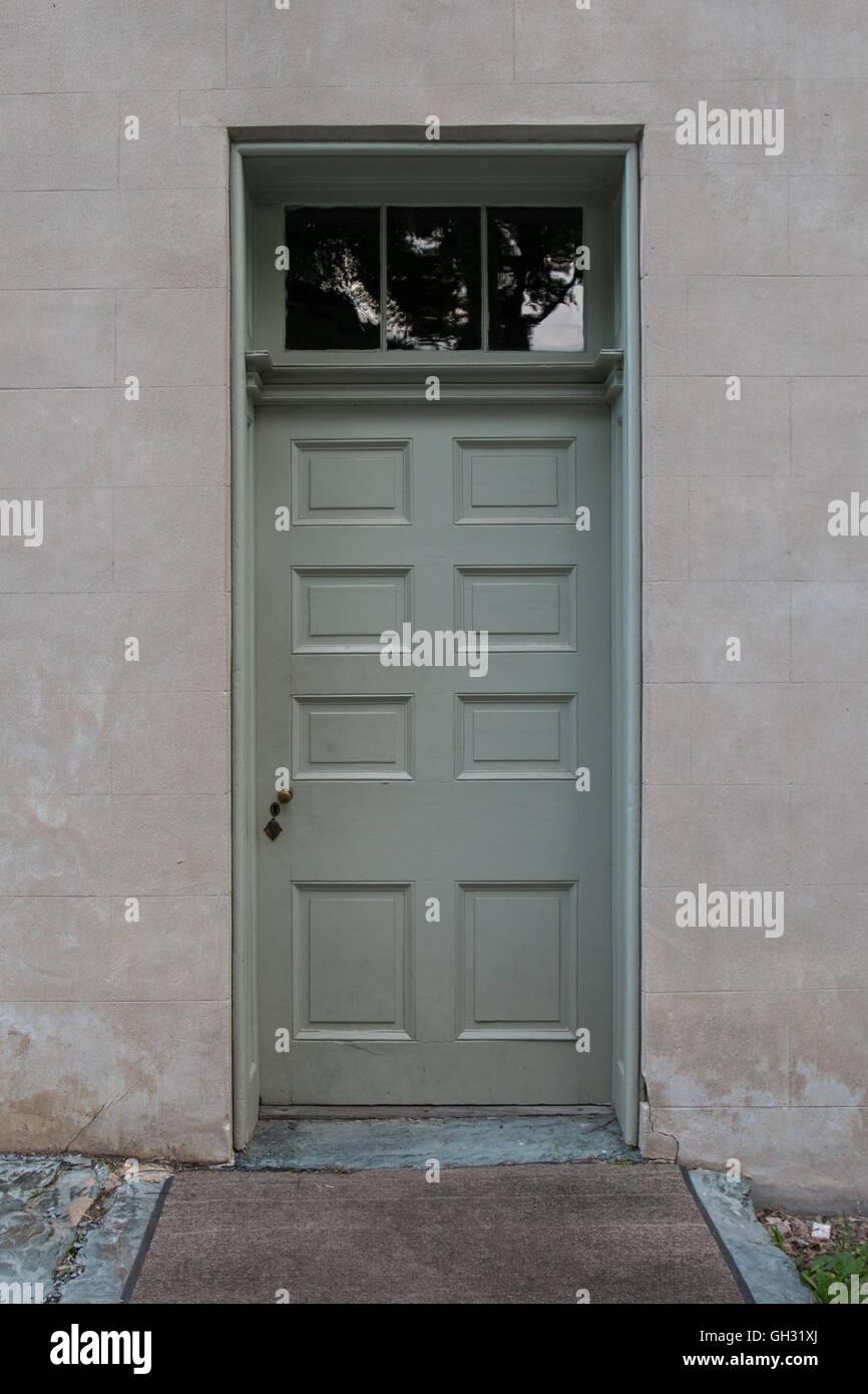 Salbei grün Tür mit Oberlicht-Fenster oben Stockfoto, Bild ...
