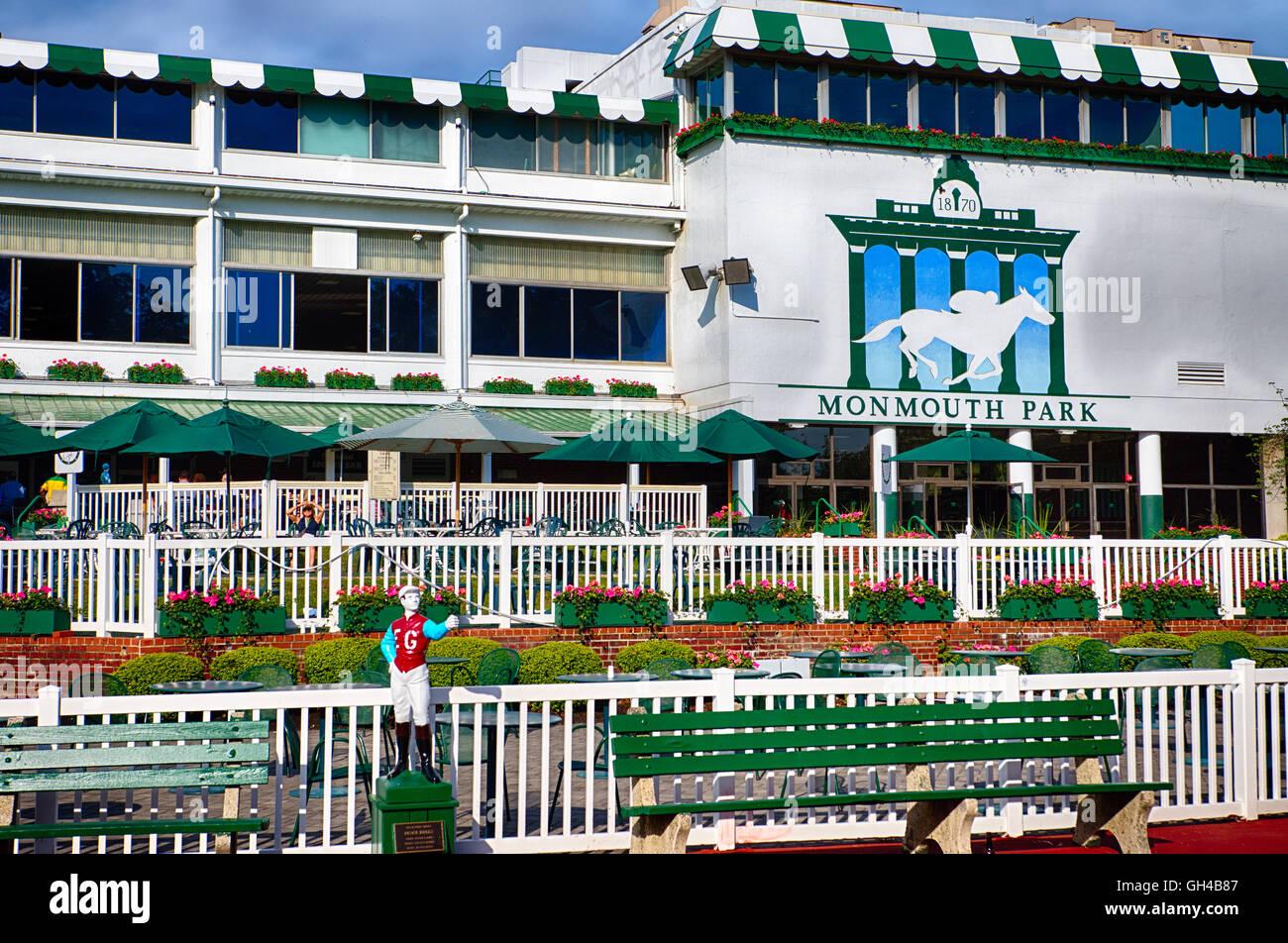 Niedrigen Winkel Frontalansicht des Monmouth Park Racetrack wichtigsten Pavillons, Oceanpark, New Jersey Stockbild
