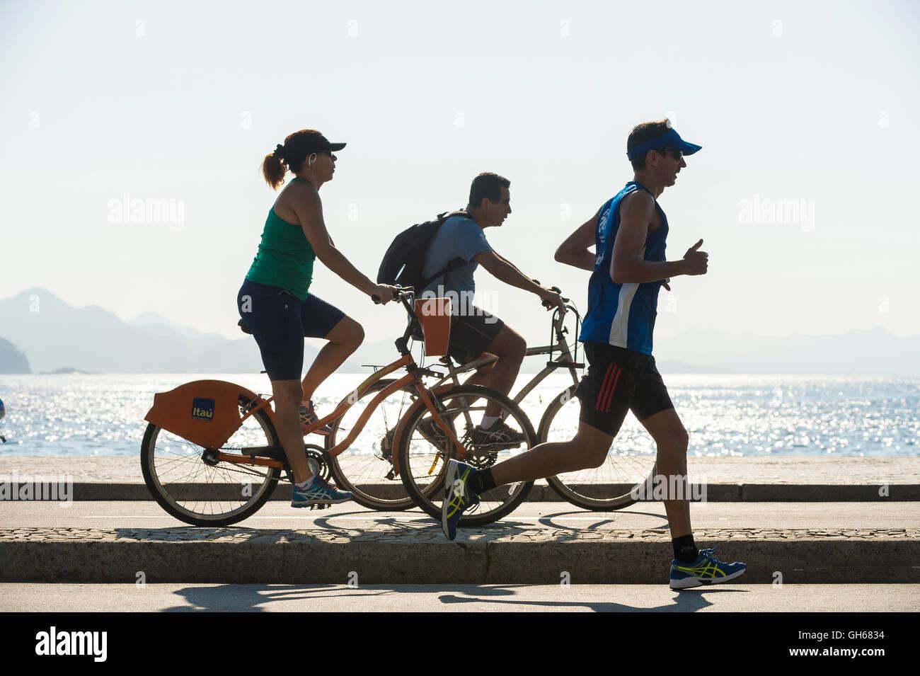 RIO DE JANEIRO - 3. April 2016: Jogger und Radfahrer Anteil der Radweg direkt am Copacabana Strand Avenida Atlântica Stockfoto