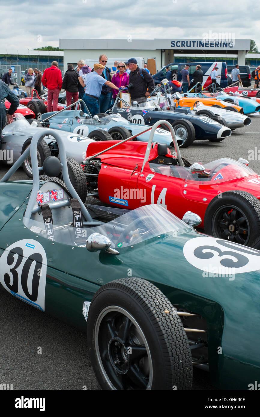 Formel Junior Rennwagen aufgereiht im Fahrerlager am 2016 Silverstone Classic Veranstaltung, England, UK Stockbild