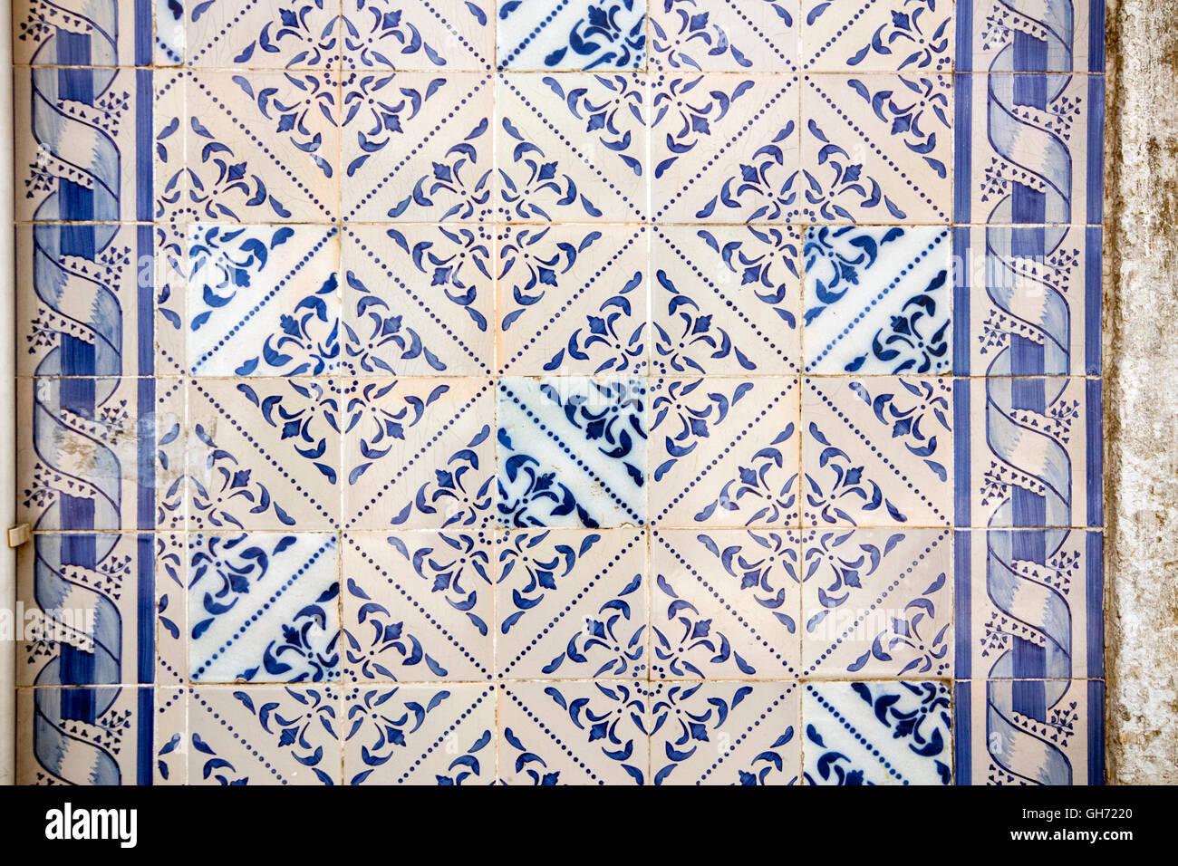 Gemusterte Fliesen gemusterte fliesen auf einer außenwand in lissabon portugal