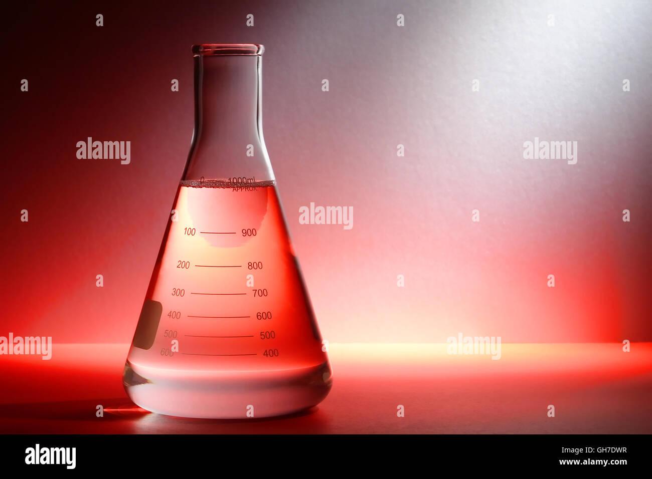 wissenschaftliches labor glas konisch erlenmeyerkolben gef llt mit klare chemische fl ssigkeit. Black Bedroom Furniture Sets. Home Design Ideas