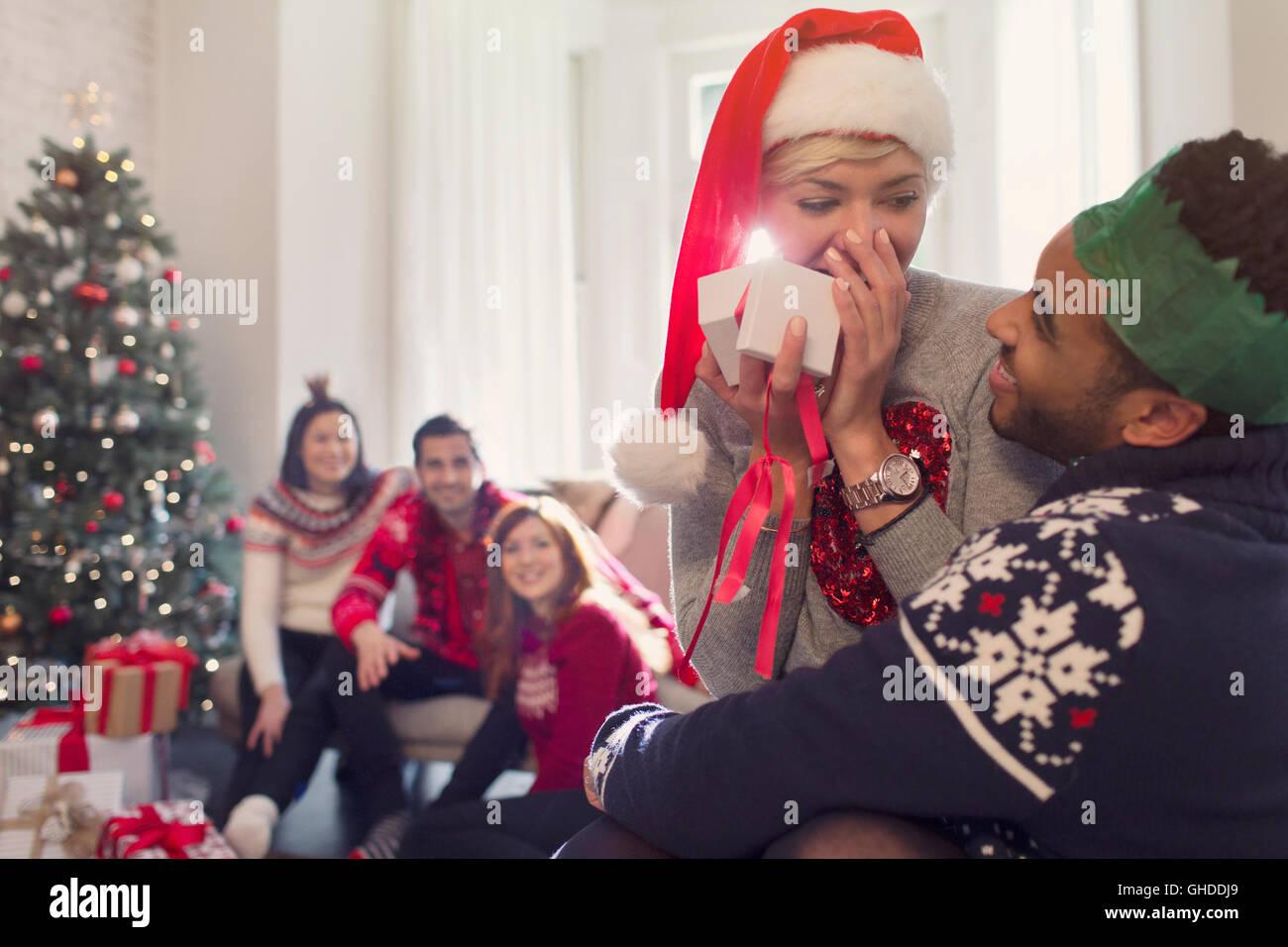 Überrascht Freundin öffnen Weihnachtsgeschenk von Freund Stockfoto ...